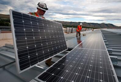 Installing_Solar_Panels_pixabay